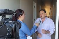 Presidente da Câmara concede entrevista à TV Allamanda em local onde funcionará a Casa de Leis