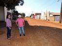 Ronildo Macedo e Vera da Farmácia fiscalizam asfaltamento no bairro Cristo Rei