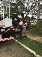 Samir Ali e Ronildo Macedo fiscalizam primeiros serviços do caminhão cesto aéreo em Vilhena