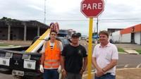 Trânsito vilhenense recebe 90 placas refletivas graças à emenda impositiva de Rogério Golfetto
