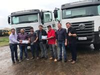 Vereador Adilson de Oliveira juntamente com prefeito recebem maquinário para Vilhena