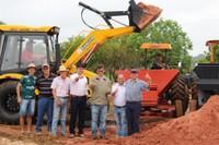 Vereadores acompanham a entrega de 90 toneladas de calcário a produtores rurais em Vilhena